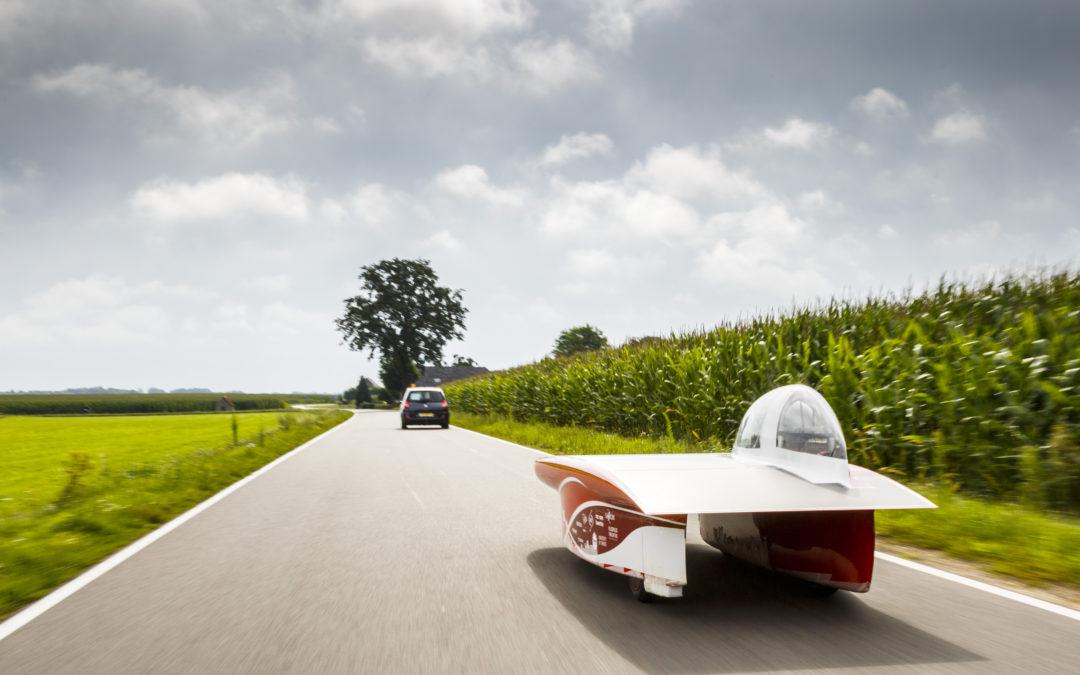 Twentse zonneauto trotseert Nederlandse wegen