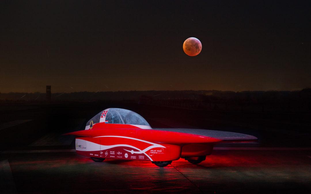 RED Shift op de foto met de bloedmaan