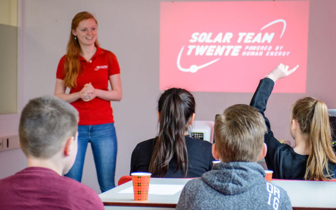 Basisschoolleerlingen kijken voor het eerst achter de schermen bij Solar Team Twente