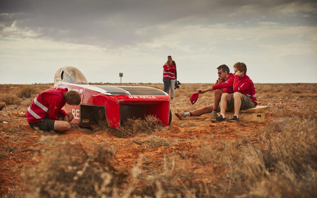 Stevige windvlaag blaast Solar Team Twente van weg af; einde wedstrijd